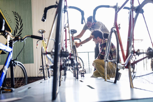 Man checking a bike with a customer. — Stock Photo