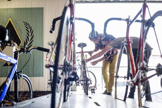 Людина, що перевірка на велосипеді з клієнтом — стокове фото