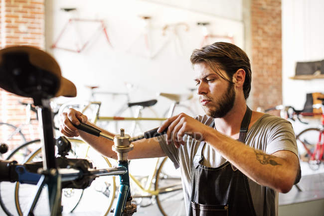 Людина перевірка рами велосипеда — стокове фото