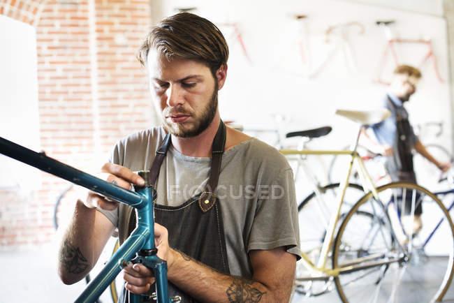 Чоловіків у циклі Ремонтна майстерня — стокове фото