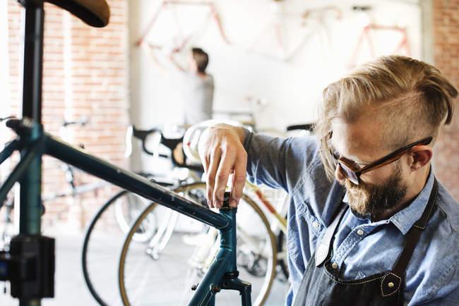 Людина ремонт велосипедів — стокове фото