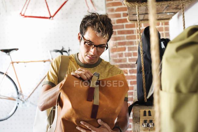 Чоловік дивиться на рюкзак — стокове фото