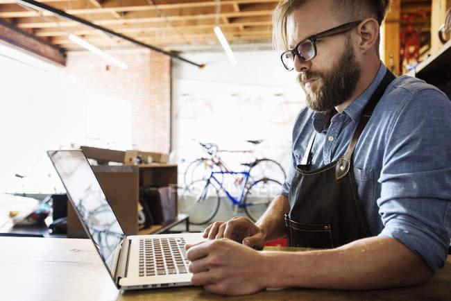Людина за допомогою портативного комп'ютера — стокове фото