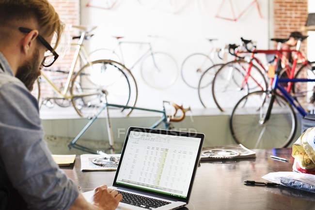 Человек, используя портативный компьютер — стоковое фото
