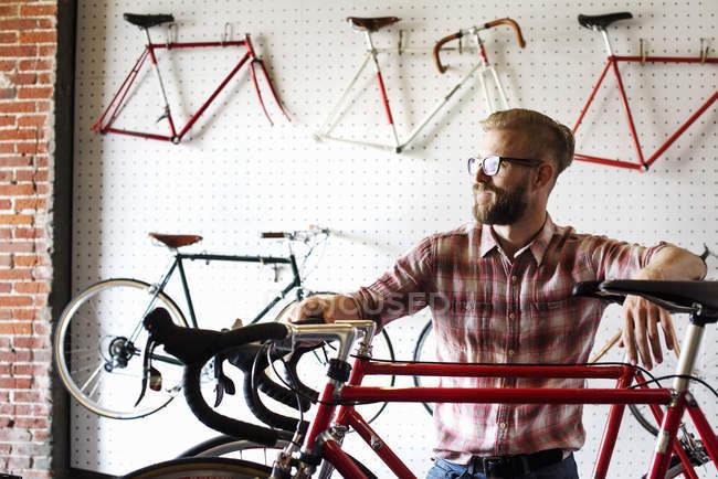 Стороні зору людини в магазин велосипедів. — стокове фото