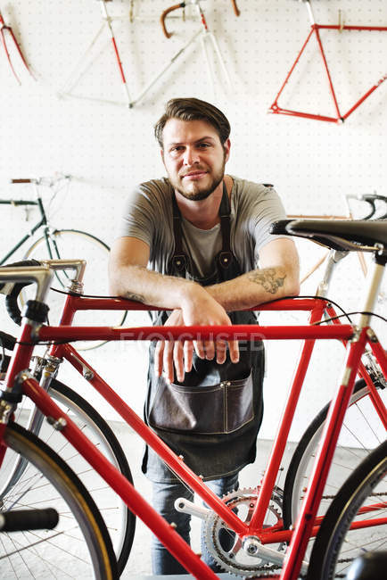 Portret людина в магазин велосипедів. — стокове фото