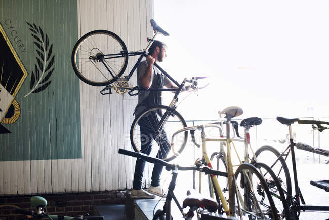 Людина холдингу велосипеда — стокове фото
