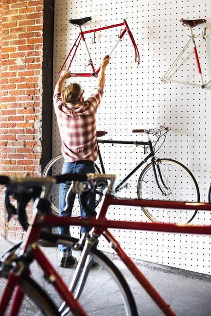 Людина, що працюють в магазин — стокове фото