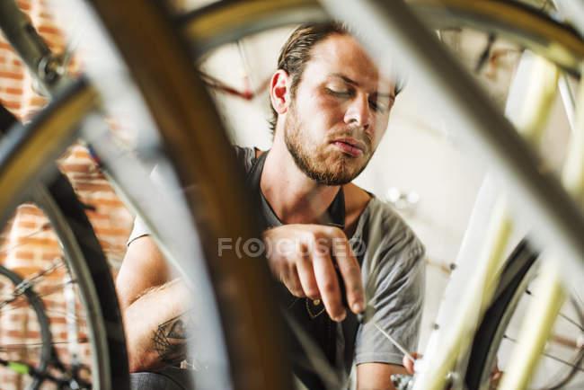 Людина ремонту велосипеда — стокове фото