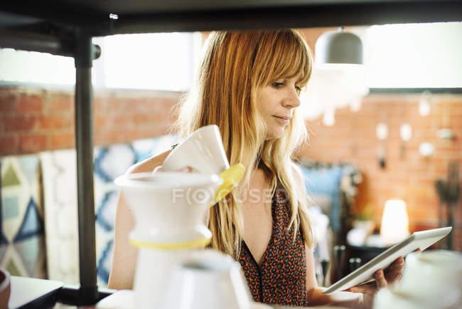 Mulher segurando um tablet digital — Fotografia de Stock