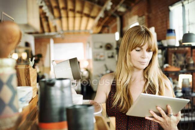 Woman holding a digital tablet — Stock Photo
