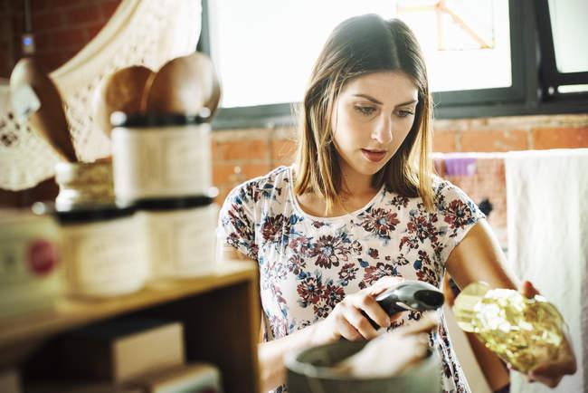Женщина сканирует штрих-код стакана — стоковое фото
