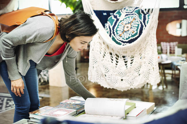 Жінка дивиться на книги. — стокове фото