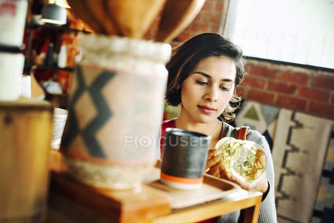 Giovane donna guardando un bicchiere da bere . — Foto stock
