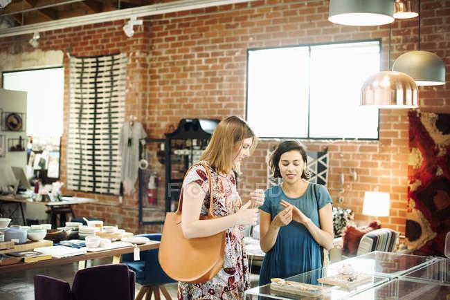 Два молодих жінок у магазині — стокове фото