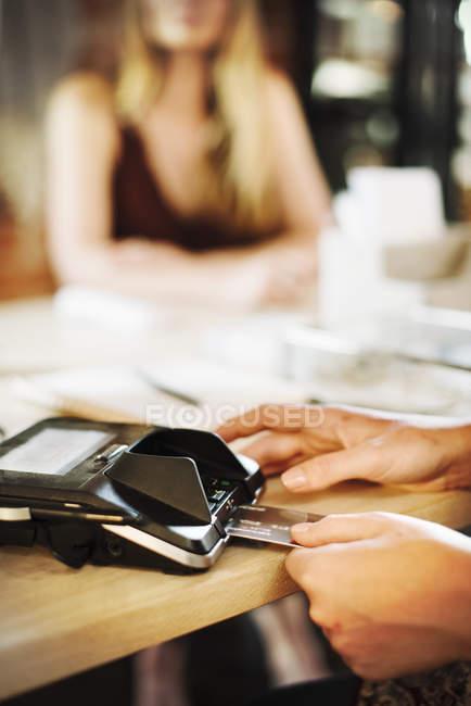 Nahaufnahme einer Frau mit Kreditkarte — Stockfoto