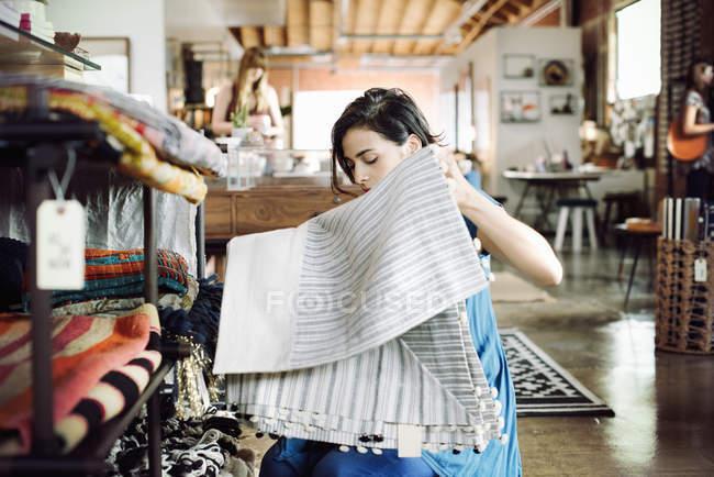 Молода жінка в магазин — стокове фото