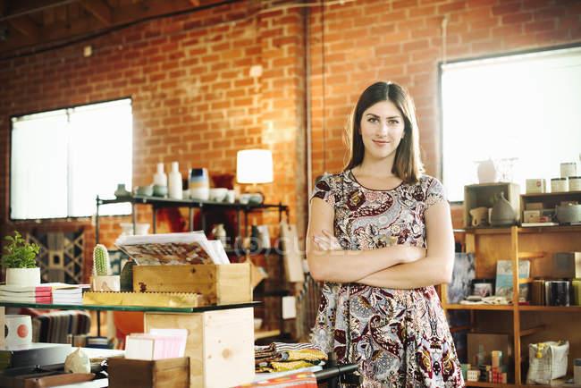 Молода жінка, стоячи в магазині — стокове фото