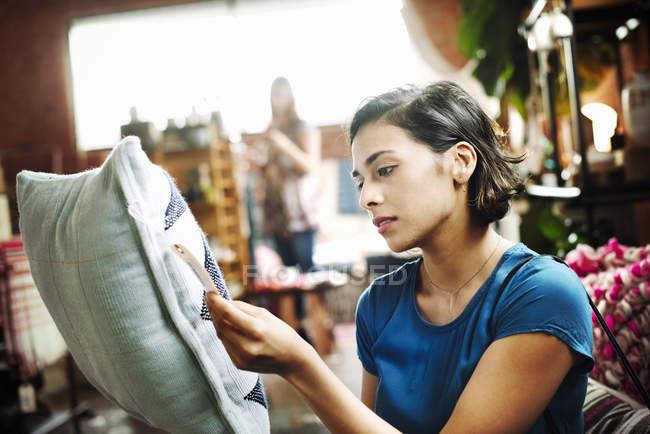 Frau liest das Preisschild. — Stockfoto