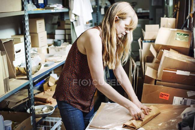 Женщина, стоящая в кладовке — стоковое фото