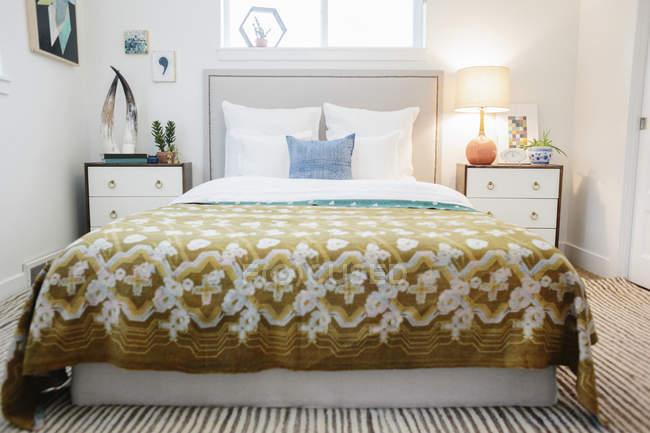 Quarto em um apartamento com cama de casal — Fotografia de Stock