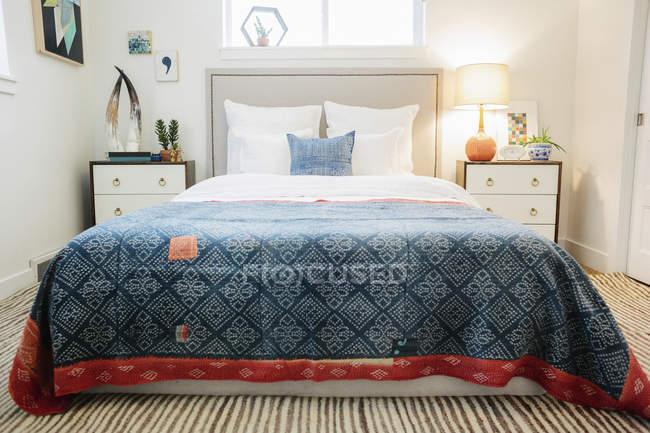 Schlafzimmer im Appartement mit einem Doppelbett — Stockfoto
