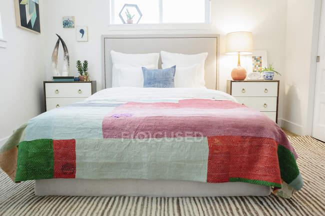 Quarto em um apartamento com uma cama de casal — Fotografia de Stock