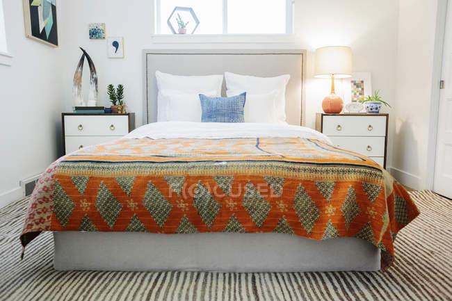 Camera da letto in un appartamento con un letto matrimoniale — Foto stock