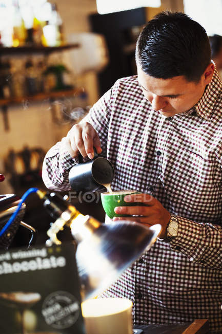 Человек делает чашку кофе — стоковое фото