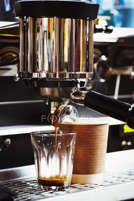 Kaffeemaschine auf einen Zähler. — Stockfoto