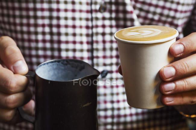 Особа, що займає чашку свіжого — стокове фото