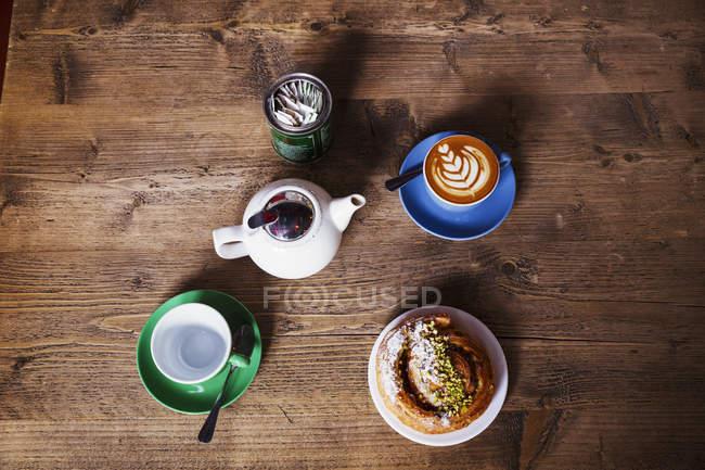 Vista superior de uma tabela com uma xícara de café — Fotografia de Stock