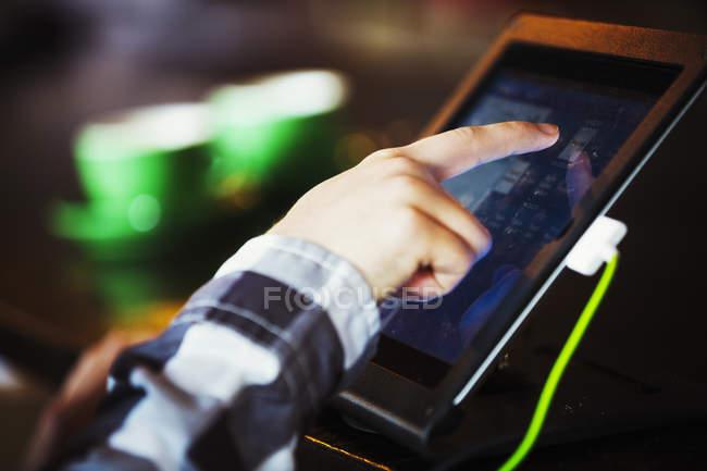 Человек с помощью сенсорного экрана — стоковое фото