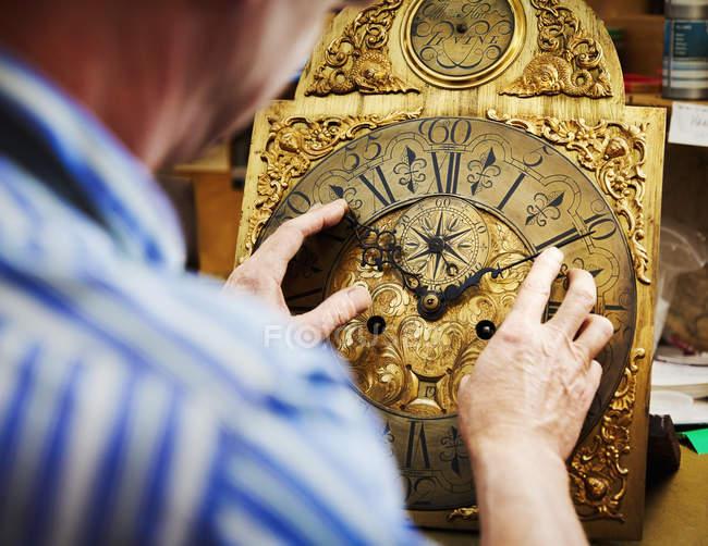 Годинникар, показуючи свою роботу. — стокове фото