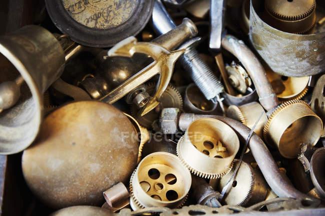 Piezas de la cerradura dentro de taller de un fabricante reloj - foto de stock