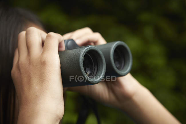 Young girl with binoculars. — Stock Photo