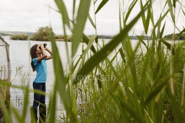 Молода дівчина з біноклі. — стокове фото