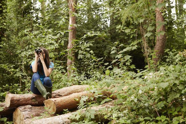 Молода дівчина, використовуючи бінокль. — стокове фото