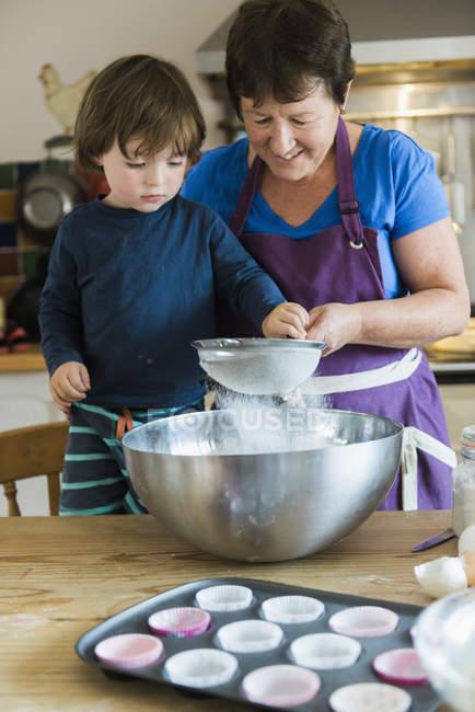 Donna e un bambino cucinare — Foto stock