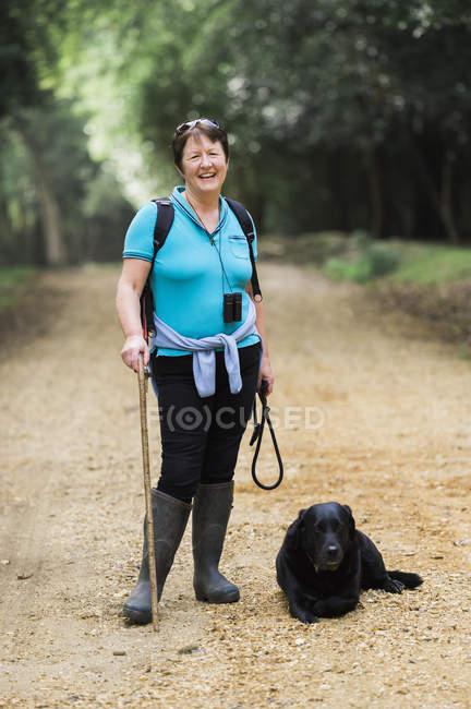 Жіночий мандрівного зі своїм собакою. — стокове фото