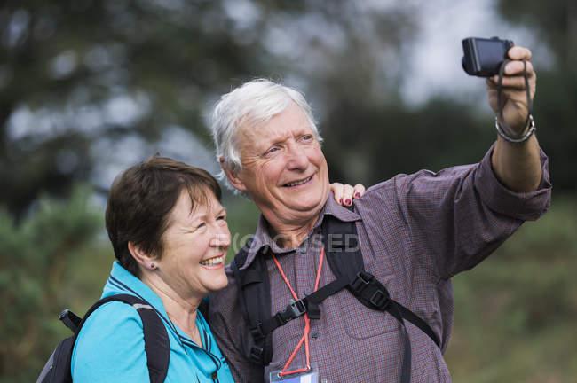 Mature couple taking photographs — Stock Photo