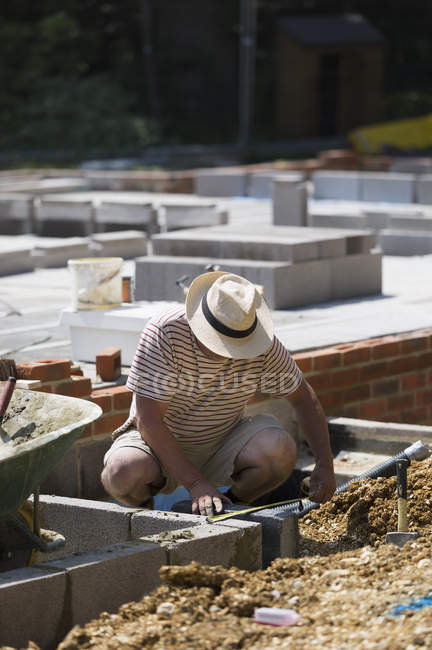 Man working on a construction site — Stock Photo