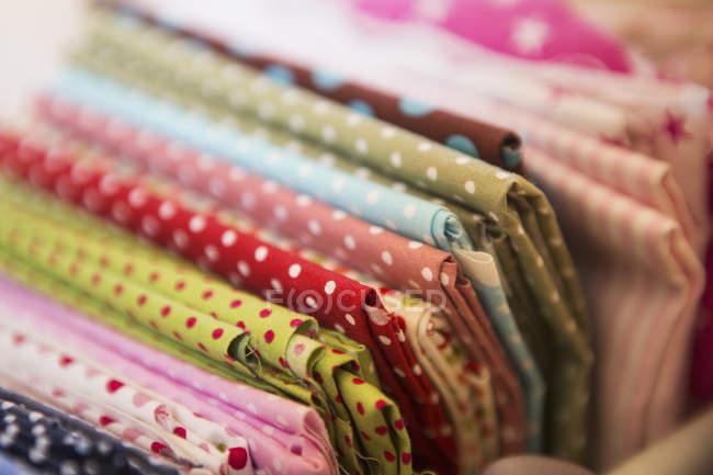 Барвистий швейні тканин — стокове фото