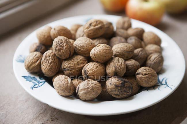 Чаша из грецких орехов на кухонный стол — стоковое фото
