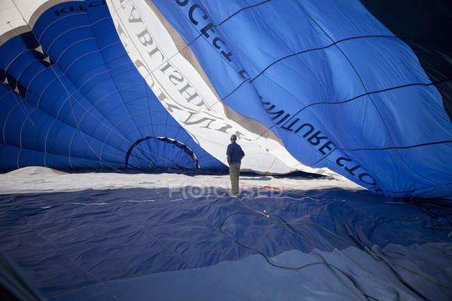 Man standing inside a hot air balloon. — Stock Photo