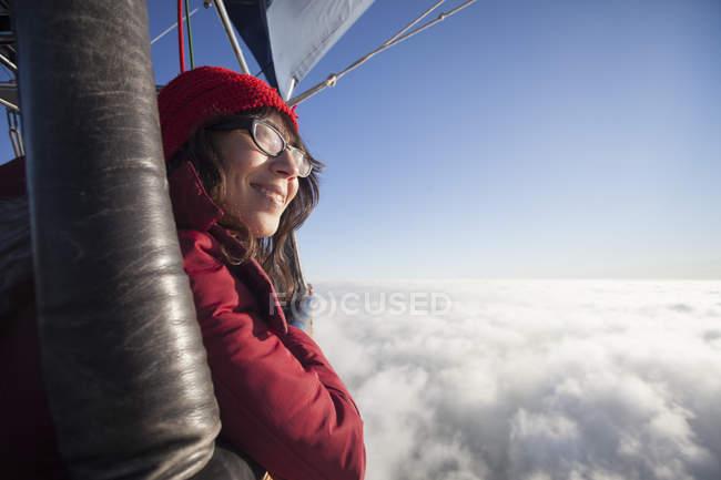Niña volando en un globo - foto de stock