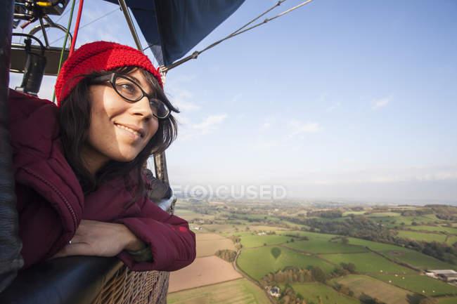 Дівчина політ на повітряній кулі — стокове фото