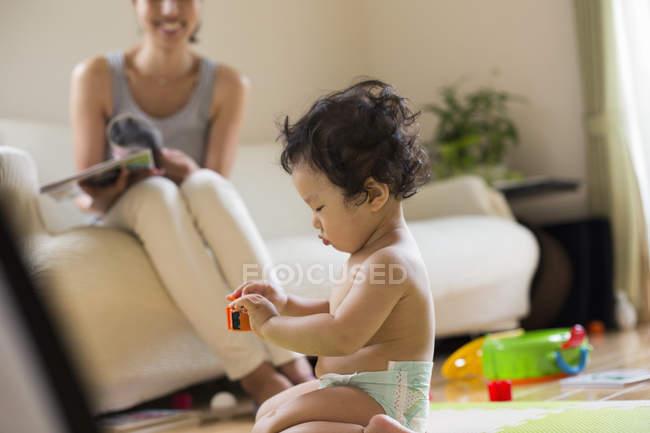 Mutter und Sohn im Wohnzimmer — Stockfoto
