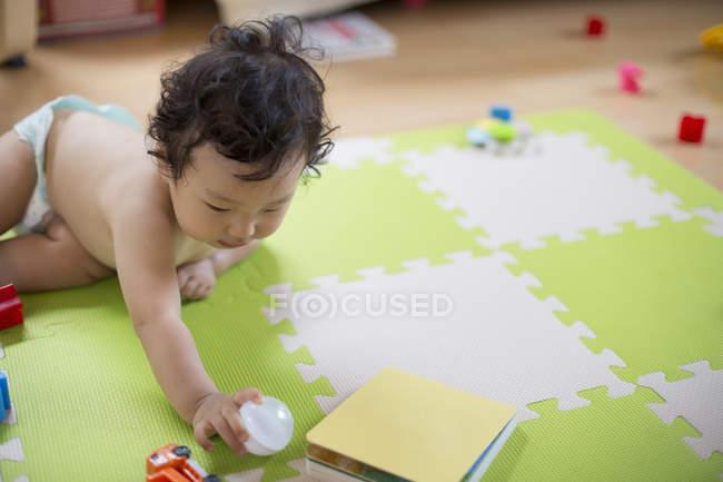 Bebé jugando - foto de stock