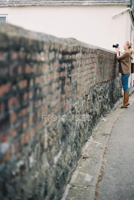Mulher segurando uma câmera — Fotografia de Stock